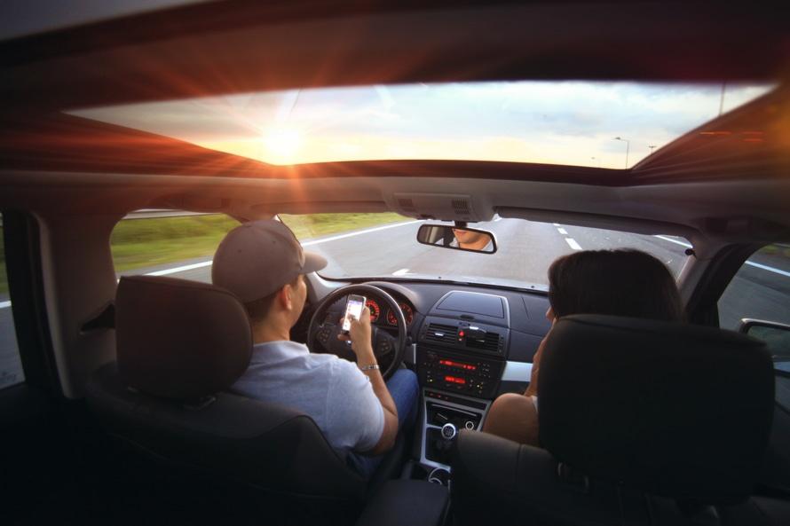 Endlich Zeit für Tinder: Das selbstfahrende Auto setzt Ressourcen frei, von denen wir bisher nicht wussten, dass wir sie überhaupt brauchen. Bildquelle: splitshire.com